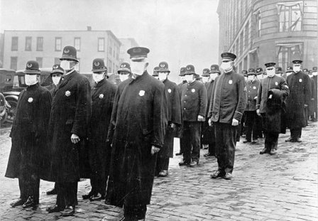 Αστυνομικοί στο Σιατλ φορώντας μάσκες εν ώρα υπηρεσίας