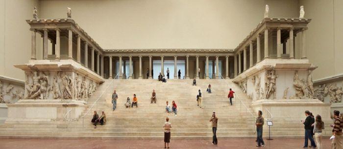Ναός του Δία βρίσκεται στο κέντρο της μεσαίας αίθουσας στο Μουσείο της Περγάμου. Η ζωφόρος απεικονίζει την Τιτανομαχία